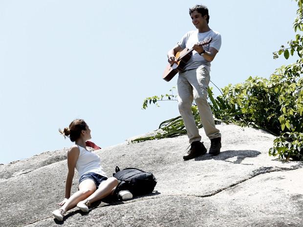 Durante passeio, Caíque surpreende Laura com violão (Foto: Fábio Rocha/ Gshow)