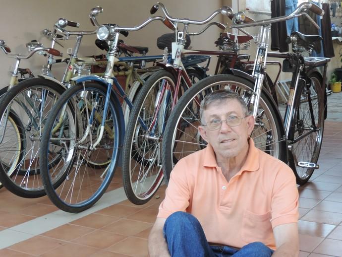 Antônio e suas relíquias: o aposentado trata com carinho cada uma de suas bicicletas (Foto: Mateus Tarifa / GloboEsporte.com)