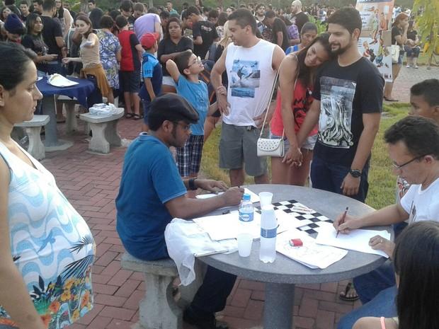 Cartunistas Dino Alves (de camisa azul) e Jota A (camisa branca) desenhando durante o 'Dia do Gibi Grátis' (Foto: Marcelo Costa/Arquivo pessoal)