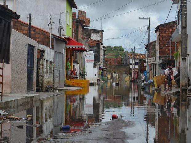 Mais de 100 pessoas estão desalojadas  (Foto: Tássio Andrade/G1)