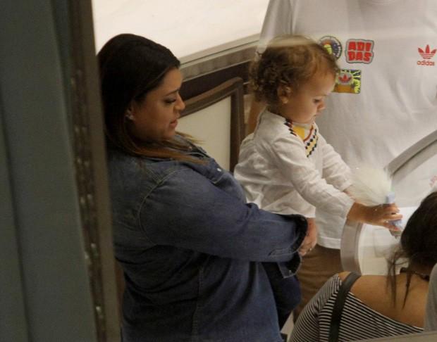Preta Gil e a neta, Sol de Maria (Foto: AgNews)