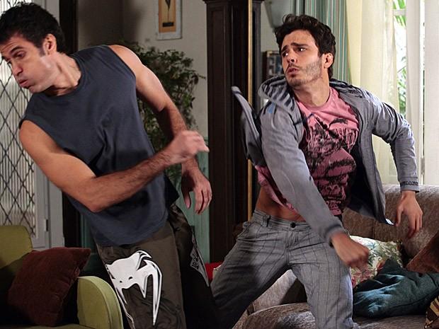 Zenon não deixa barato e revida dando um soco em Ulisses (Foto: Guerra dos Sexos / TV Globo)