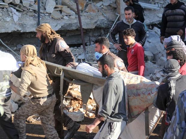 Ferido por bombardeio a hospital do Médico Sem Fronteiras no norte da Síria nesta segunda-feira (15) é carregado em maca (Foto: OMAR HAJ KADOUR / AFP)