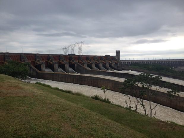 Vazão no vertedouro passou de 11 milhões de litros de água por segundo, o equivalente a mais de sete Cataratas do Iguaçu (Foto: Isabeli Zucheli / RPC)