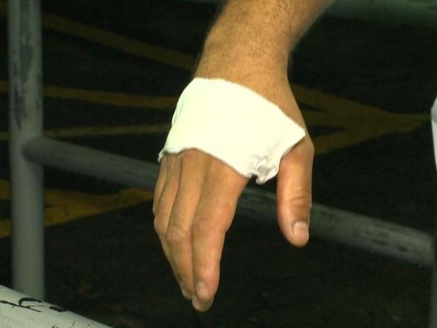 Cobrador e motorista ficaram feridos em apedrejamento a ônibus, no Espírito Santo (Foto: Reprodução/TV Gazeta)