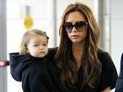 Mulheres de preto: Victoria Beckham passeia com a filha caçula, Harper
