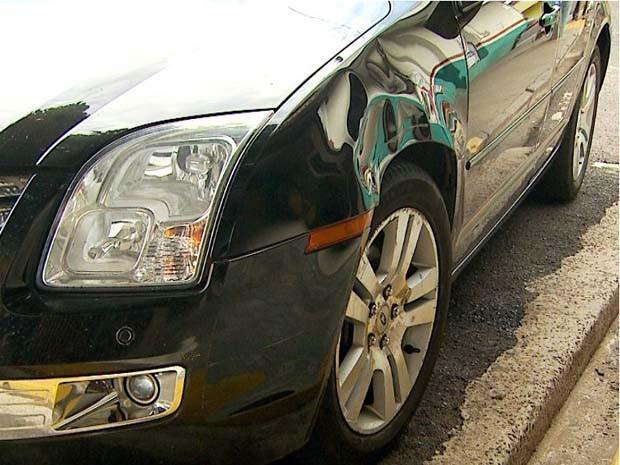 Lataria do carro ficou danificada após acidente com a moto (Foto: Paulo Souza/ EPTV)