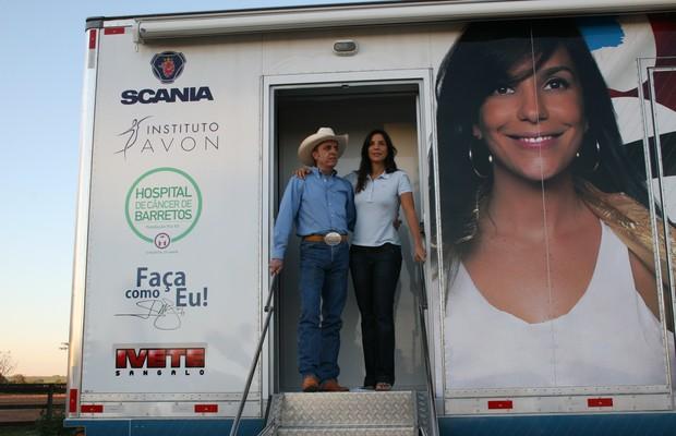 EXAMES ONDE ELES FALTAM Henrique Prata e Ivete Sangalo na carreta que leva mamografia e orientação às mulheres (Foto: Divulgação)