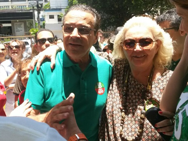 Candidato ao governo do RN, Henrique Eduardo Alves (PMDB) chega para votar na Fundação José Augusto, em Natal (Foto: Marksuel Figueiredo/Inter TV Cabugi)