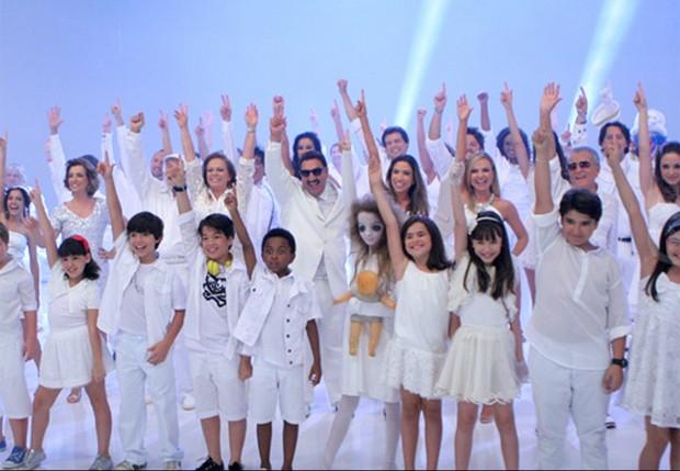 Todo o elenco do SBT fazendo a coreografia, criada por Luciana Maradei (Foto: Divulgação - Lourival Ribeiro / SBT)