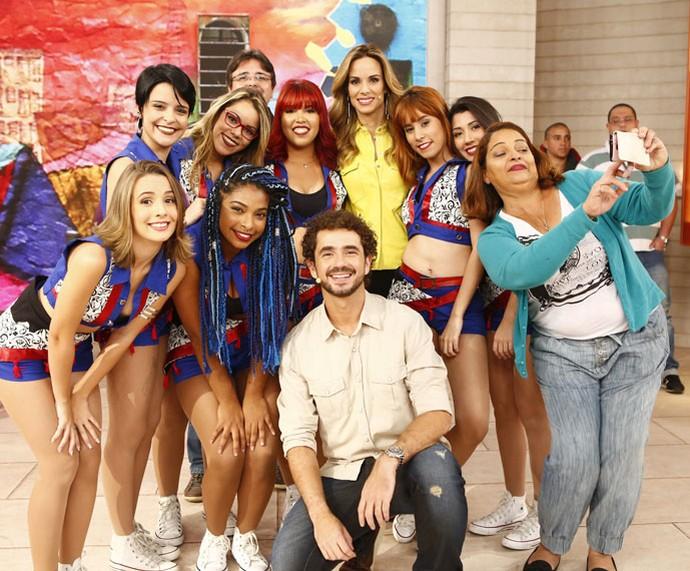 Convidados do programa posam nos bastidores com os apresentadores  (Foto: Fábio Rocha/Gshow)