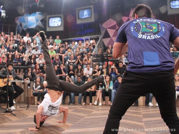 Rodrigo Simas faz performance de capoeira com Bruno Gissoni (Foto: TV Globo/Altas Horas)