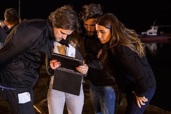 O diretor Leonardo Nogueira orienta Giovanna Antonelli e Bruno Gagliasso durante as gravações das cenas da emplosão, em Búzios (Foto: Felipe Monteiro / Gshow)