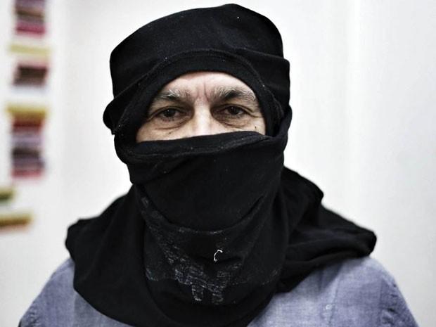 O cantor e compositor Caetano Veloso como 'black bloc' na sede do coletivo de jornalismo Mídia Ninja no Rio durante reunião nesta quinta-feira (5) (Foto: Mídia Ninja)