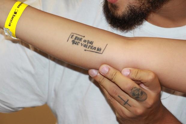 Fã tatua nome de livro de Caio Castro no braço (Foto: Christian Emanoel/ Divulgação)