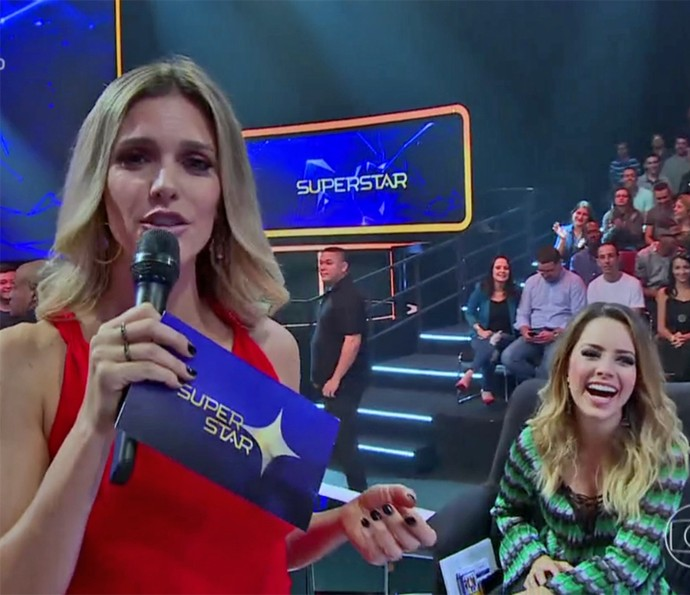Fernanda Lima brinca com Sandy nos bastidores do 'SuperStar' (Foto: Vídeo Show / TV Globo)