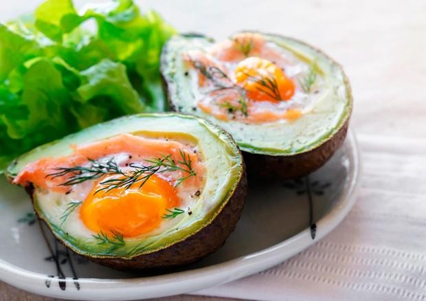 Abacate recheado de salmão defumado e ovos (Foto: Divulgação)