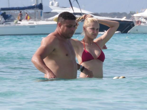 Ronaldo Fenômeno e a namorada, Celina Locks, em praia em Formentera, na Espanha (Foto: Grosby Group/ Agência)