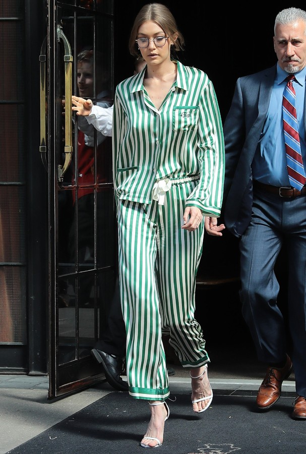 AK_816510 - New York, NY  - Gigi Hadid exits The Bowery Hotel after having lunch for the afternoon.  Gigi's striped jumper appeared to be personalized with her name on the front chest pocket.Pictured: Gigi HadidAKM-GSI 13 ABRIL 2017 Carolina (Foto: AKM-GSI)