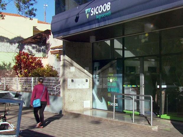Cerca de R$ 300 mil foram levados após gerente de banco ser mantido refém em Alfenas (Foto: Reprodução EPTV)