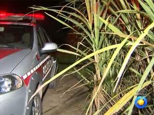 Corpo da travesti foi encontrado em canavial em Caaporã, na Paraíba (Foto: Reprodução / TV Cabo Branco)