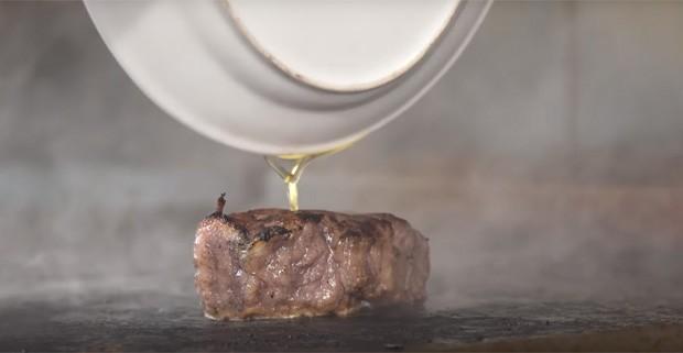O bife de Wagyu do Old Homestead Steakhouse, em Manhattan (Foto: Reprodução/YouTube)