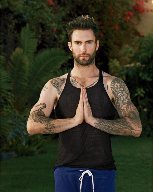 """""""A ioga modela e esculpe o corpo de uma maneira muito mais natural do que a musculação"""", diz Adam Levine  (Foto: Eric Ray Davidson)"""