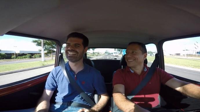 O repórter Daniel Perondi, apesar da sua altura, coube no mini carro do Eugêino Chiti  (Foto: reprodução EPTV)