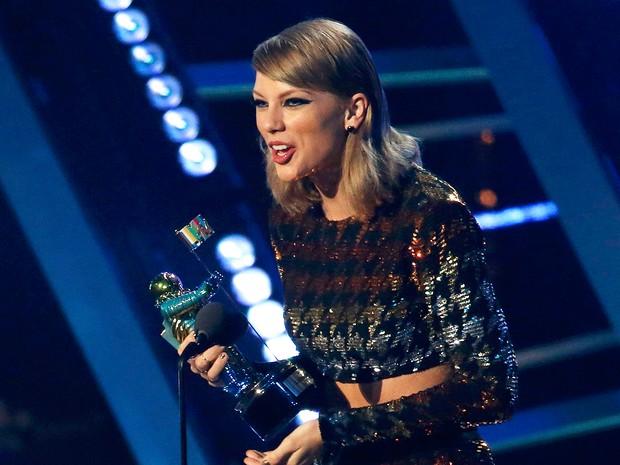 Taylor Swift recebe prêmio de melhor clipe feminino no MTV Video Music Awards (Foto: Mario Anzuoni/Reuters)