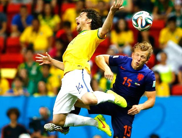 Maxwell jogo Brasil x Holanda (Foto: Reuters)