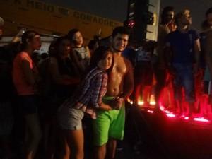 Pés descalços no asfalto do Jurunas, o casal de dançarinos dá seu show particular. (Foto: Luana Laboissiere/G1)