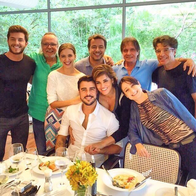 Roberto Carlos posa com o elenco da novela Império (Foto: Reprodução/Facebook)