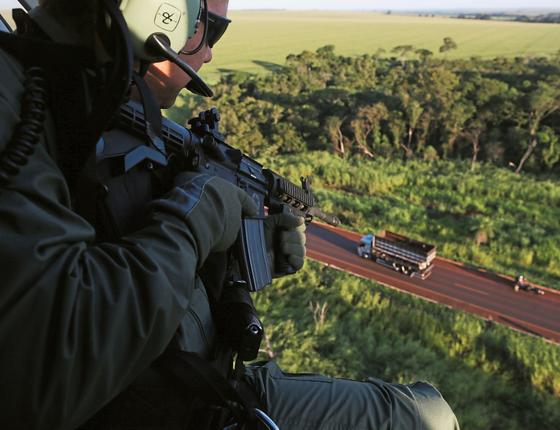 Policial em helicóptero durante apreensão drogas (Foto:  Adriano Machado/ÉPOCA)