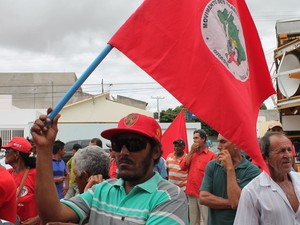 Manifestantes reivindicam fim da PPP. (Foto: Juliane Peixinho/G1)