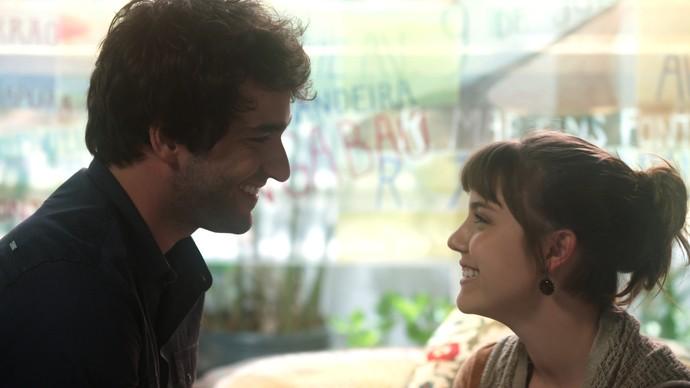 Tiago conta à Isabela que terminou com Letícia (Foto: TV Globo)