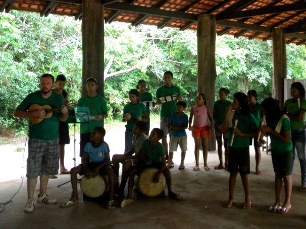Projeto investe na música e na dança para manter alunos na escola e perpetuar tradições (Foto: Divulgação)