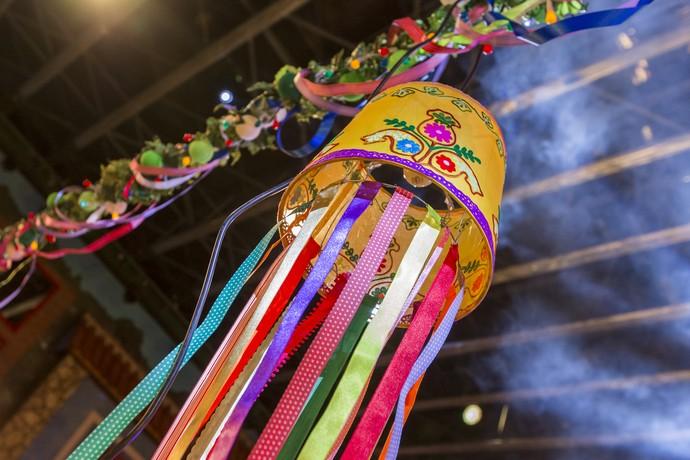 Foco de luz repleto de fitas coloridas (Foto: Artur Meninea/Gshow)