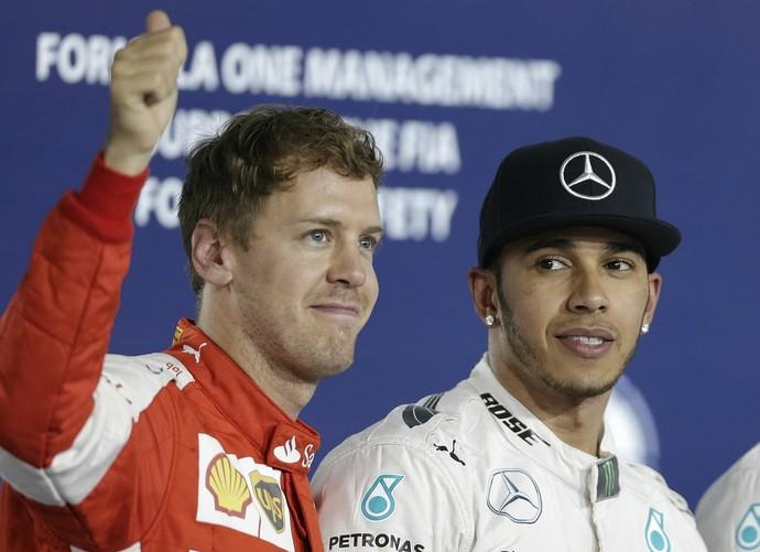 Lewis Hamilton observa Sebastian Vettel após treino classificatório do GP do Bahrein (Foto: AP)