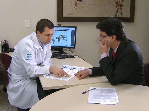 Pesquisador do Hospital de Câncer de Barretos aponta facilidades do Atlas do Câncer (Foto: Antônio Luiz/EPTV)