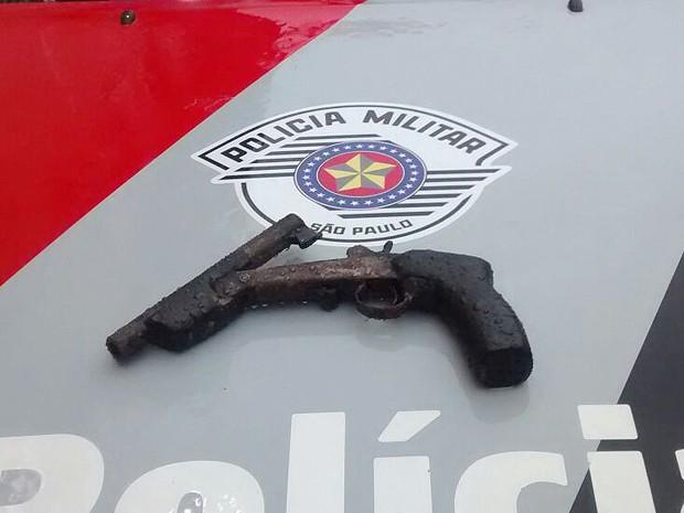 Arma estava com numeração suprimida e foi apreendida (Foto: Polícia Militar/Cedida)