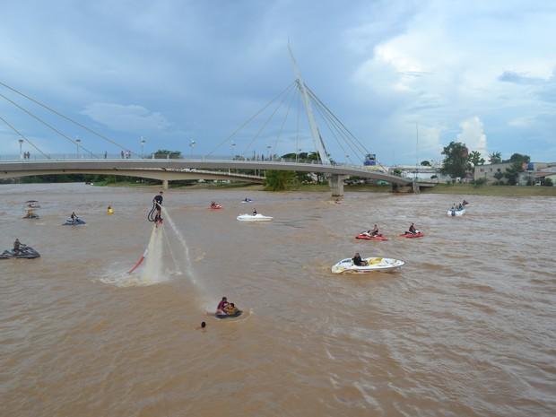 Em época de cheia, é comum o uso de Jet skis (Foto: Duaine Rodrigues / G1)