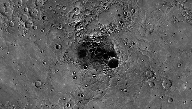 Imagem da Nasa mostra cratera de mais de 100 km de diâmetro na região polar de Mercúrio (Foto: AP)