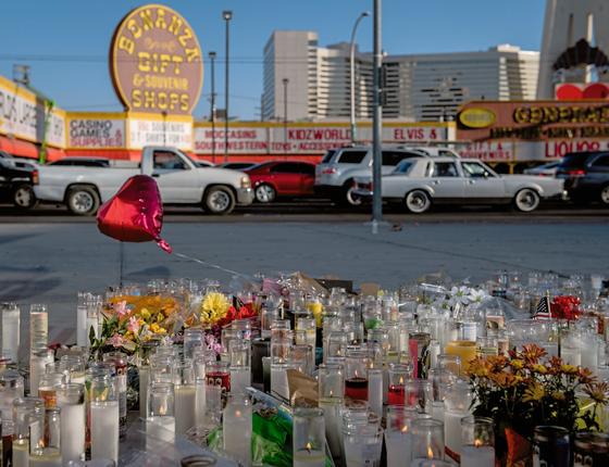 Um memorial improvisado em Las Vegas para as vítimas  da matança (Foto: Hilary Swift/The New York Times)