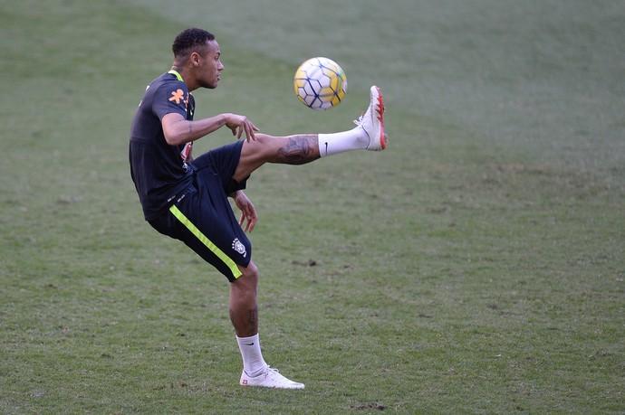 Neymar com sua nova tatuagem na perna esquerda no treino da seleção brasileira (Foto: Pedro Martins/MoWa Press)