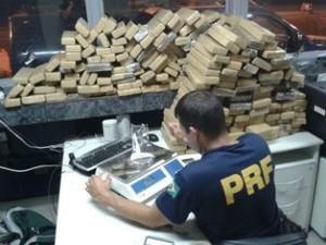 Maconha apreendida em carro estava dividia em 231 tabletes (Foto: Divulgação/Polícia Rodoviária Federal)