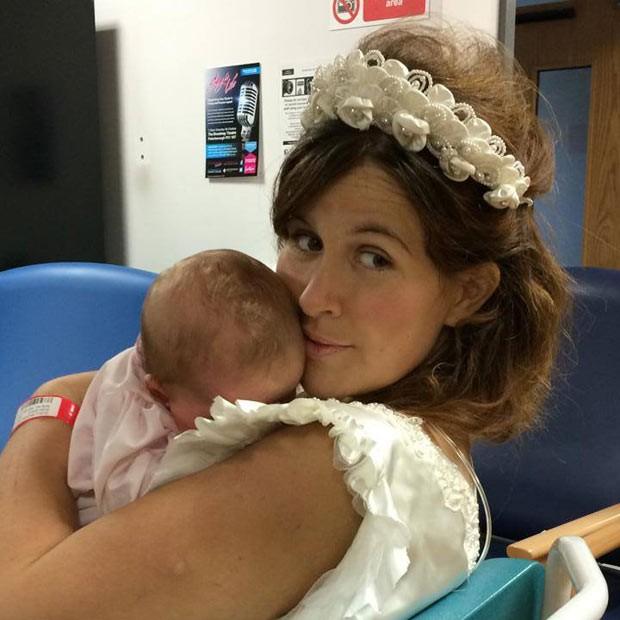 Michelle, que tinha 32 anos, vestida de noiva com a filha recém-nascida Martha: ela descobriu a doença após nascimento da filha (Foto: Reprodução / Facebook)