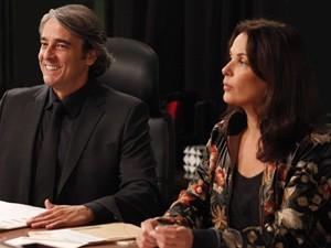Cadinho fica exultante ao saber que finalmente terá as três mulheres (Foto: Avenida Brasil/TV Globo)