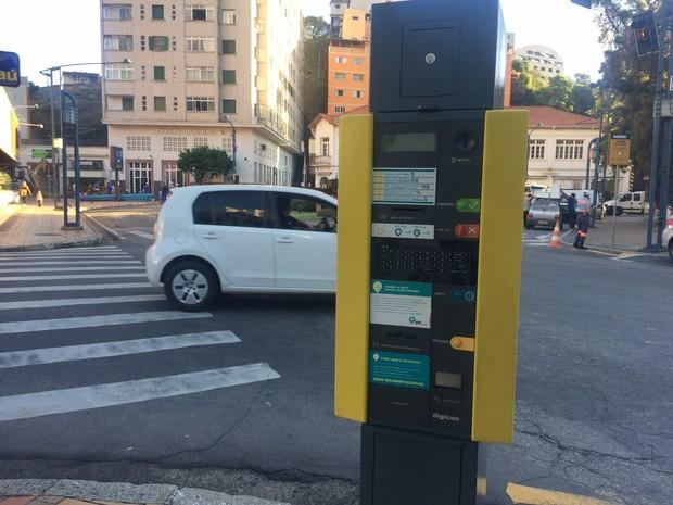 Visitante tem opção de estacionar na área da Zona Azul próxima à Urca, em Poços (Foto: Lúcia Ribeiro/G1)
