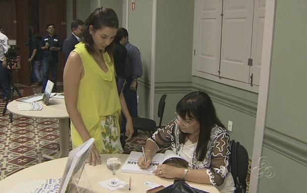 Autoras autografaram suas obras (Foto: Bom Dia Amazônia)