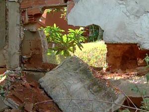 Muro está inclinado e com rachaduras, o que torna a demolição eminente (Foto: Reprodução / Inter TV)